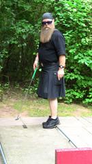 schotte, Mann mit Bart im Schottenrock beim Minigolf spielen