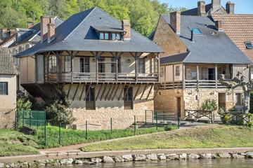 habitations en bordure de la rivière en Dordogne