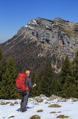 Fotomurales - Hiker enjoying the view in the mountains during a springtime adventure.