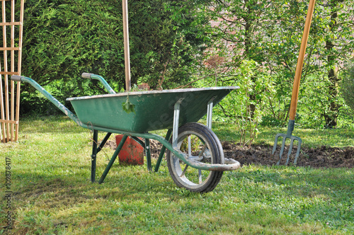 Brouette et outils de jardinage stock photo and royalty for Outils de jardinage en p