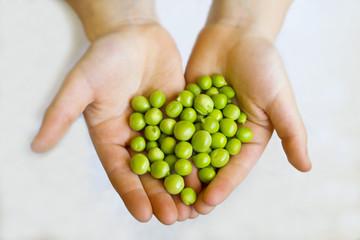 mani di bambina con legumi