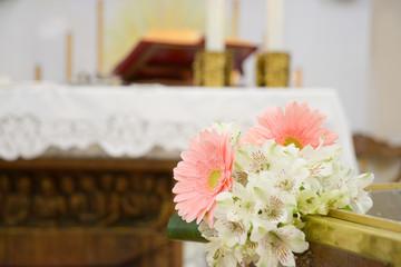 Addobbi floreali in chiesa per battesimo