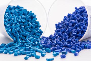 2 verschiedene blaue Kunststoffgranulate