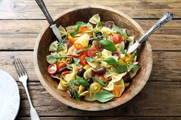 pasta italiana, insalata vegetariana con pomodori e verdure