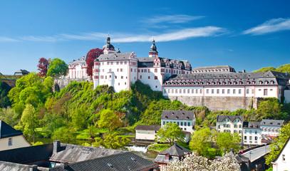 Das barocke Weilburger Schloss über der Lahn in Mittelhessen