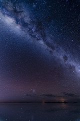 水面に映るウユニの天の川と朝焼け。
