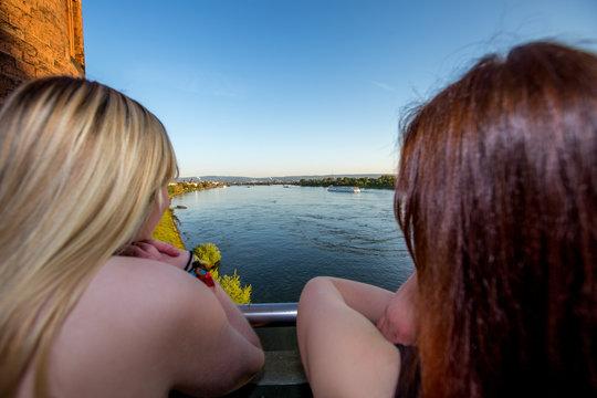 Zwei Frauen auf der Mainzer Südbrücke über den Rhein