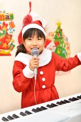 歌うサンタクロース衣装の女の子