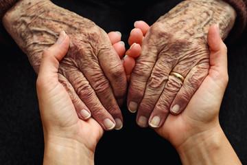 Conforto e aiuto a persone anziane