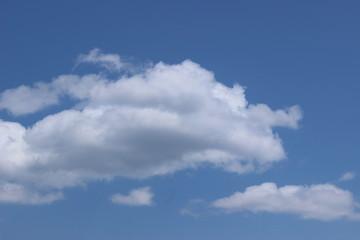 青空に漂う雲