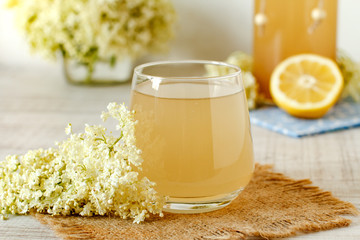 Elderberry flower drink with sliced lemon