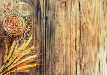 cornice di spighe e chicchi di grano