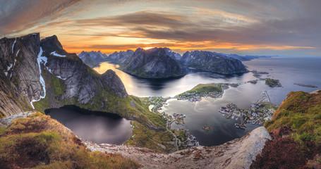 Coucher de soleil en Norvège dans les îles Lofoten: Soleil de minuit - Reinebringen - Reine