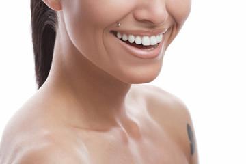 Радостная и здоровая улыбка с белоснежными зубами красивой девушки