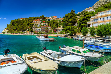 Photo sur Plexiglas Ville sur l eau Luxury homes and fishing boats in harbor,Brela,Dalmatia,Croatia