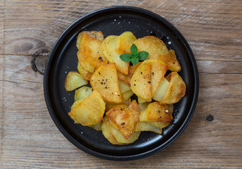 Bratkartoffeln mit Pfeffer und Salz auf einem Teller