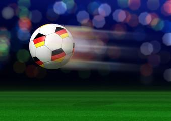 Fliegender Fußball mit Deutschlandfahne