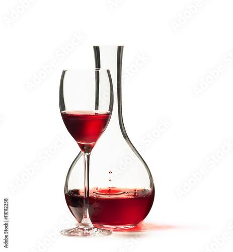 Bicchiere Di Vino Rosso Con Decanter Isolato Su Sfondo Bianco