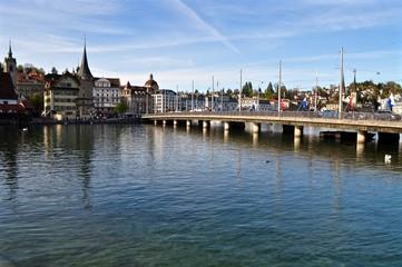 Seebrücke der Stadt Luzern am Vierwaldstättersee, über See und den Fluss Reuss. Vom Bahnhof zum Schwanenplatz, Zentralschweiz, Schweiz