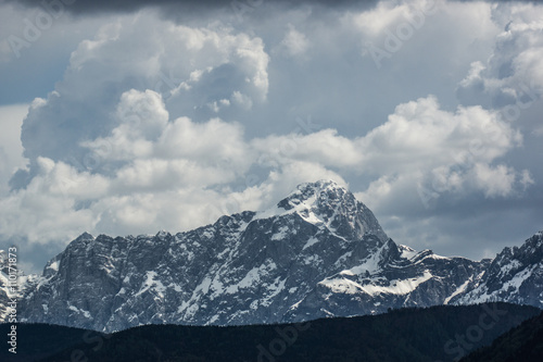 Berggipfel mit Gewitterwolken