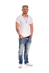 Tätowierter Sunnyboy - freigestellt - Junger Mann in Jeans