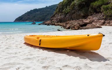 Orangenes Kayak am Strand liegend