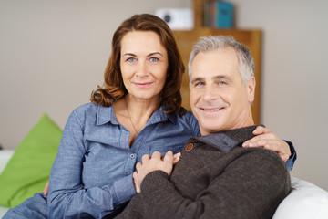 glückliches älteres paar hält sich an den händen