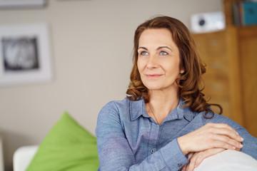 attraktive ältere frau zu hause in ihrer wohnung