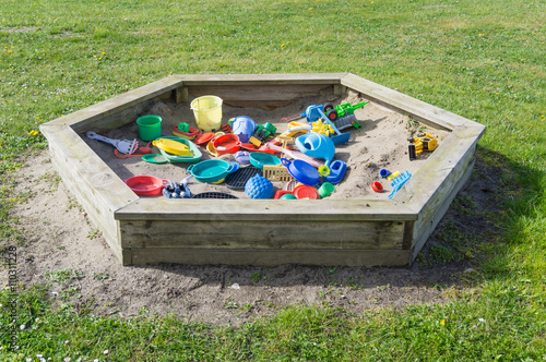 Sandkasten Im Garten Auf Der Wiese Mit Viel Spielzeug Stockfotos