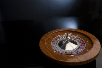 roulette su sfondo nero e blu
