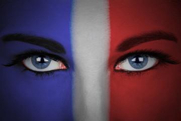 Drapeau de la France peint sur le visage d'une femme. Euro 2016 de football