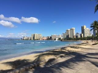 昼間のワイキキビーチとビル群と砂浜