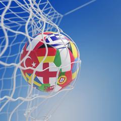 Fußball im Tor bei EM mit Flaggen