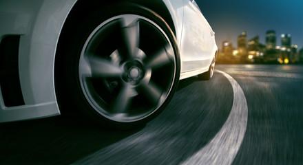 Auto fährt durch Kurve bei Nacht