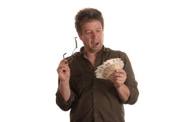 Mann wundert sich über Geldbetrag