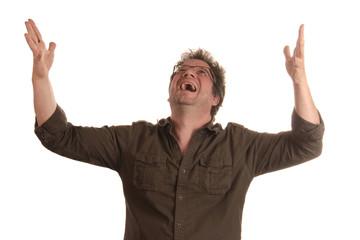 Mann wirft die Arme erfreut zum Himmel