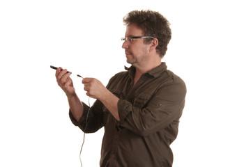 Mann will sein Mobiltelefon aufladen