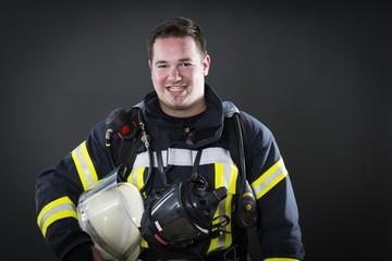 Feuerwehrmann in Schutzkleidung und Atemschutz