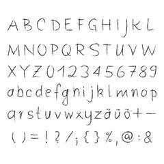 Alphabet, Zahlen, Zeichen, Sonderzeichen in schwarzer Kreideschrift auf weißen Hintergrund