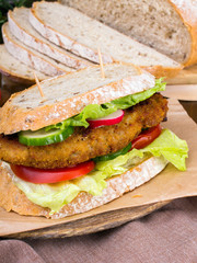 Papiers peints Snack sandwich with fried meat and vegetables