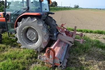 農業用トラクター/農業国山形県の田園で、農業用トラクターの風景を撮影した写真です。