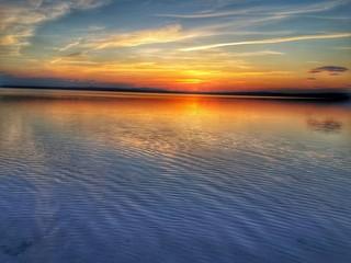 Sahil kenarı ve gün batımında deniz manzarası