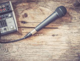 Mikrofon und Mischpult auf Holztisch