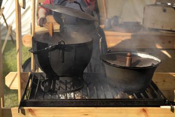 Mittelalter Ofen mit Töpfen