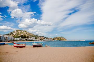 Les barques catalanes sur la plage de sable