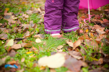 the child's foot that walks on autumn Park