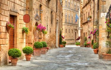 Obraz Kolorowa ulica w Pienza, Tuscany, Włochy - fototapety do salonu