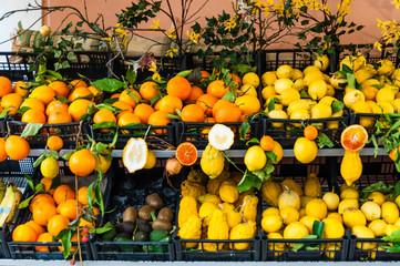 Frisches Obst am Obstmarkt in Taormina; Sizilien;