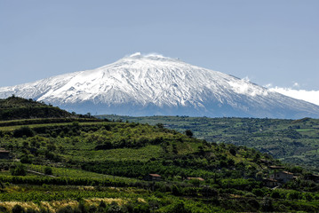 Paesaggio con etna, il più grande vulcano attivo di europa, in sicilia