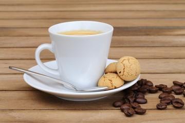 Kaffeetasse mit Gebäck und Kaffeebohnen